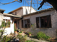 La maison d'Apiflore, entrée sud - la feuillaison des mûriers est toujours tardive
