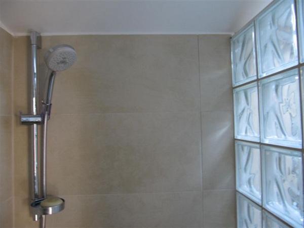 APIFLORE - La chambre d\'hôtes - SDB. Les briques de verre ...